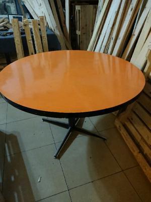 Mesa redonda con base de hierro