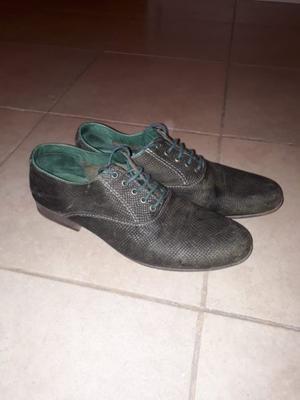 Zapatos acordonados símil reptil