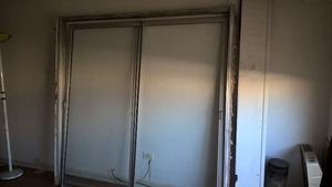 Puerta balcon con cortina y reja