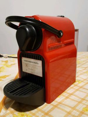 Cafetera Nespresso Inissia roja Ruby Red