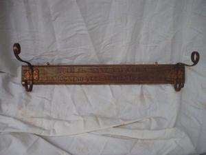 Perchero antiguo de madera y cobre