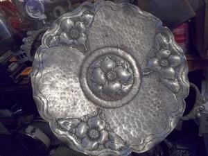 antiguo centro de mesa de metal con asas y flores en relieve