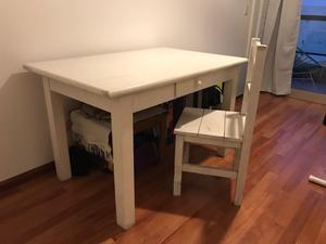 Mesa de pino blanca con 4 sillas