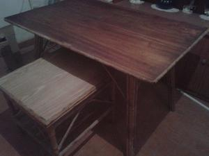 Vendo mesas de madera con patas de caña y mimbre
