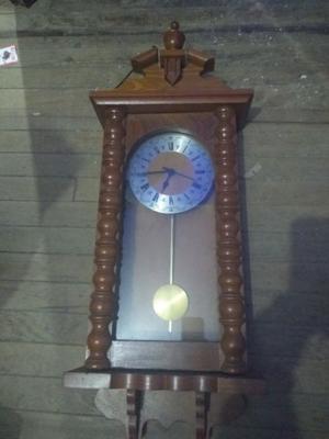 Reloj antiguo con péndulo