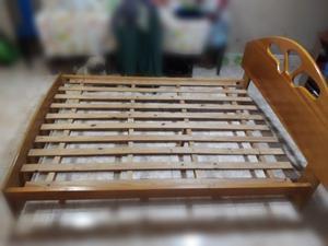 Cama de madera de 2 plazas. Color roble claro.