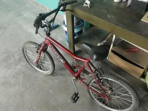Bicicleta roja con un solo uso