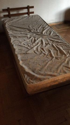 Cama de una plaza en madera lustrada
