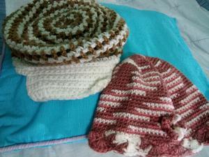 Boina con visera y gorro a crochet con flor.
