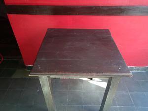 Mesa para bar con 2 sillas.