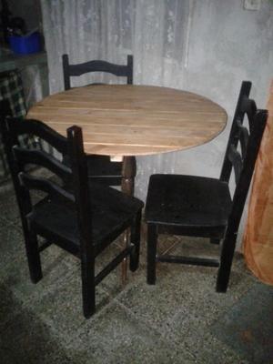 juego de mesa de madera y tres sillas