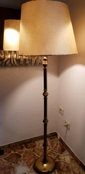 Lámpara de bronce de pie.