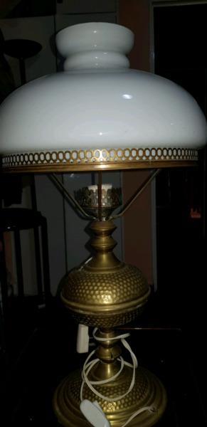 Hermoso velador antiguo de bronce
