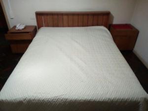 Juego dormitorio cama 2 plazas + respaldo + mesas de luz