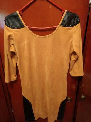 Vestido de gamuza, combinado con cuero y tachas