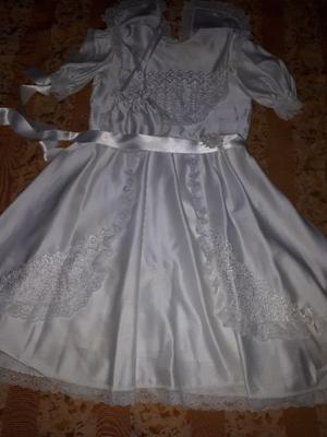 Vendo Vestido de Comunion con puntilla. Solo 1 uso.