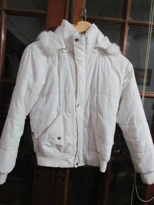 Campera blanca con capucha $200 usada