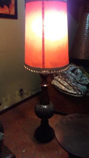 Lámpara de pie y mesa ratona en madera tallada