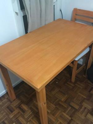 juego de mesa y sillas de madera