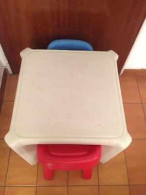 Mesa y sillas de niños