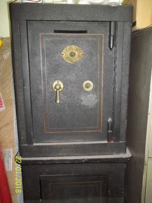 Caja Fuerte Antigua Usada En Buen Estado Con Base Y Llave.