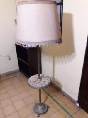 Lámpara antigua de pie de bronce con mesita de onix