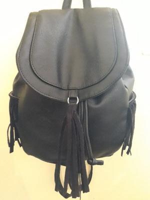 Mochila cuerina negra con flecos $200