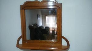 Espejo con marco de madera tallada con repisa color roble
