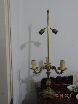 Lámpara de mesa, de bronce