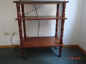 Mesa de madera con estante