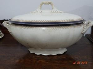 Sopera de porcelana antigua y juego de platos