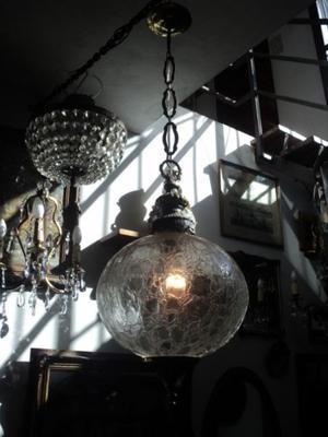 Antigua lámpara colgante de bronce y vidrio grabado.