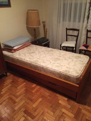 Impecable cama de 1 plaza de roble con carrito y dos