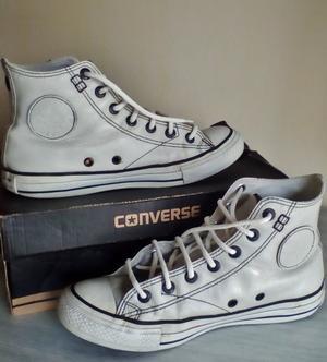 zapatillas converse blancas y zapas negras con tachas