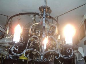Antigua araña de hierro forjado estilo provenzal francés.