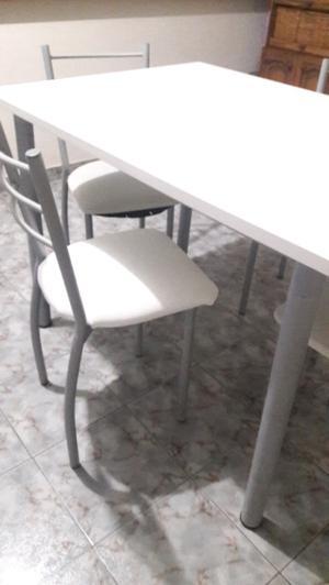 Juego de mesa y 4 sillas.
