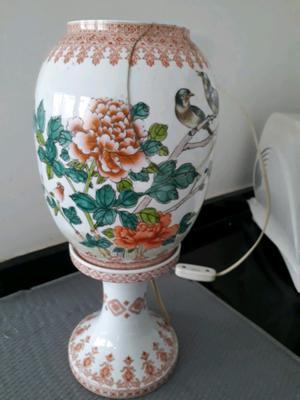 Lámpara de porcelana japonesa con detalle en la tulipa