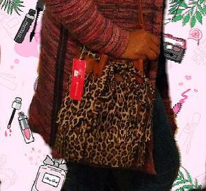 Bolsito leopardo print con flecos y tachas