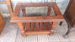 Mesa ratona de algarrobo con vidrio fume