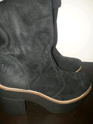 Botas de gamuza en color negro, talle 38