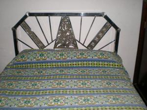 Antigua cama de bronce niquelada del siglo pasado en