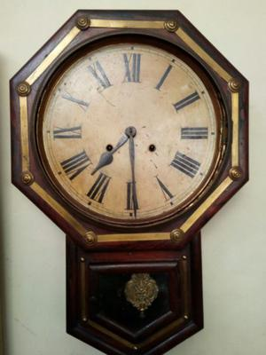 Reloj antiguo grande de pared, medio carrillon, con pendulo