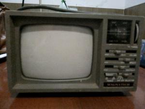 Vendo tv De Luxe portable blanco y negro con radio am/fm