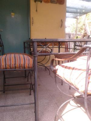 Juego de mesa y sillas de hierro +almohadones
