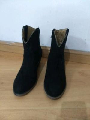 Botas cortas negras con taco de madera