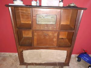 Radio antigua a válvula con tocadiscos
