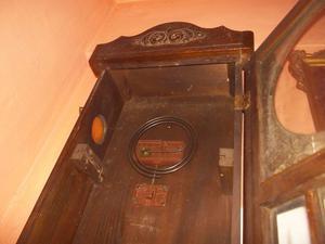 antigua caja de reloj de pared de roble con espiral de