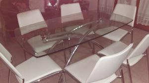 juego de mesa de vidrio y acero con 6 sillas blancas