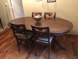 Mesa estilo inglés de cedro macizo con sillas
