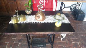 Mesa Antigua con pie de maquina de coser